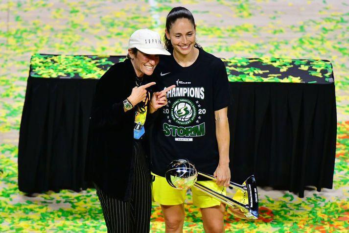 Megan Rapinoe og Sue Bird í fagnaðarlátunume ftir að Bird og stöllur hennar í Seattle Storm urðu WNBA-meistarar.