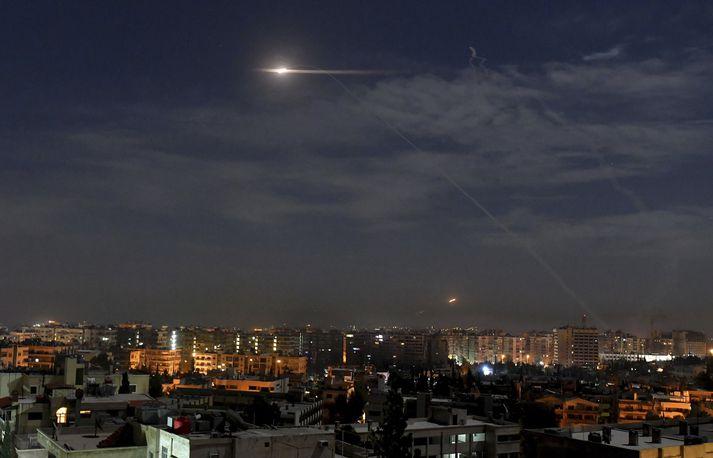 Eldflaugar á flugi yfir Damaskus.