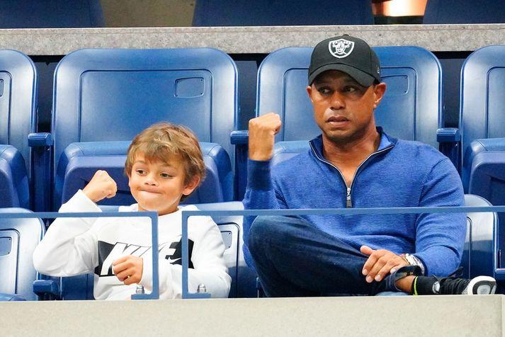 Tiger Woods með syni sínum Charlie Axel Woods á tennismóti í New York.