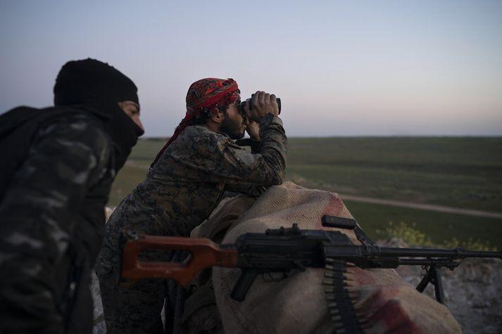 Sýrlenskir Kúrdar fylgjast með loftárás gegn ISIS í Sýrlandi.