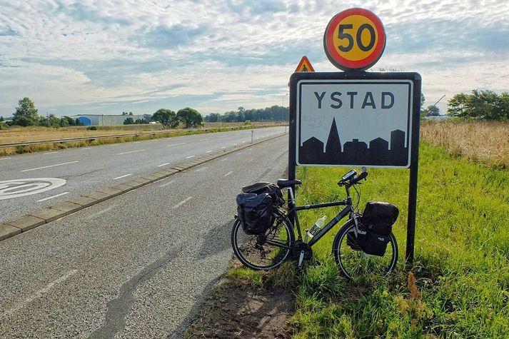 Ystad er að finna á suðurströnd Svíþjóðar. Fjölskyldan bjó rétt fyrir utan bæinn.