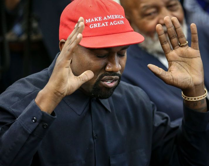 West með derhúfu með slagorði Trump forseta þegar hann heimsótti Hvíta húsið árið 2018. Þar fór West mikinn.