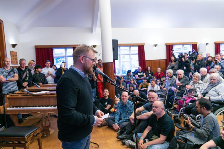 Ísleifur Þórhallsson setur tónlistarhátíðina Iceland Airwaves í fyrra. Hefð hefur skapast fyrir því að hátíðin sé opnuð formlega á elliheimilinu Grund.