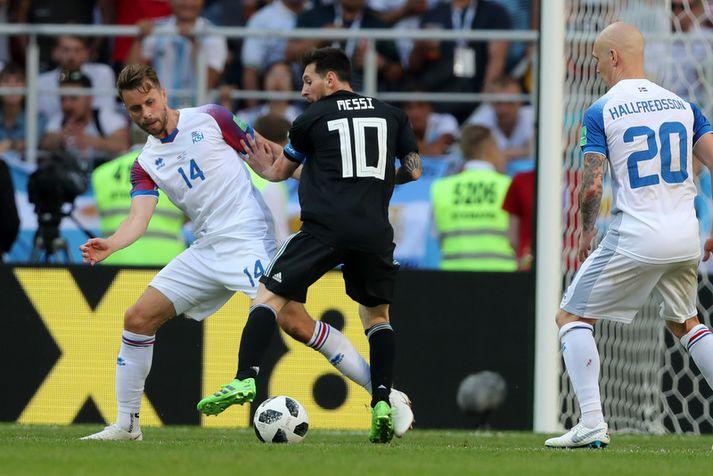 Víkingurinn Kári Árnason í baráttu við Argentínumannin Lionel Messi á HM í Rússlandi.