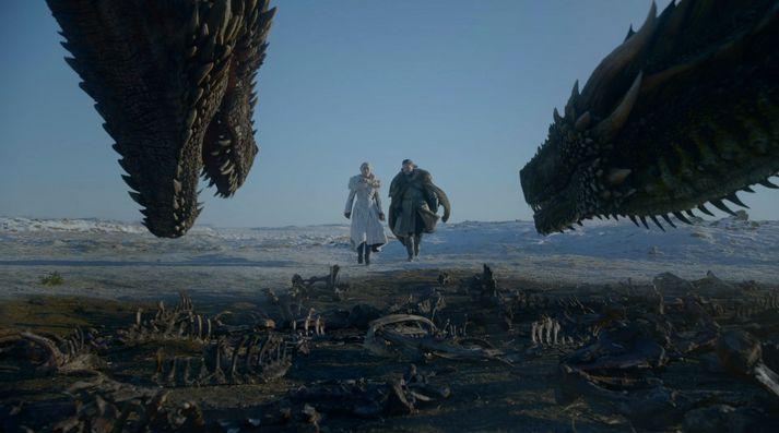 Daenerys Targaryen og Jon Snow. Þarna má einnig sjá drekana Drogon og Rheagal.