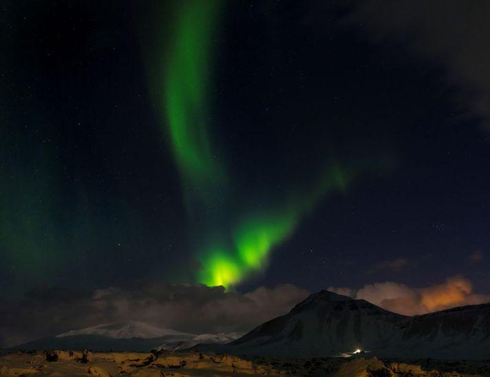 Það má búast við norðurljósum í kvöld og nótt um landið suðvestanvert en myndin er tekin á Snæfellsnesi.