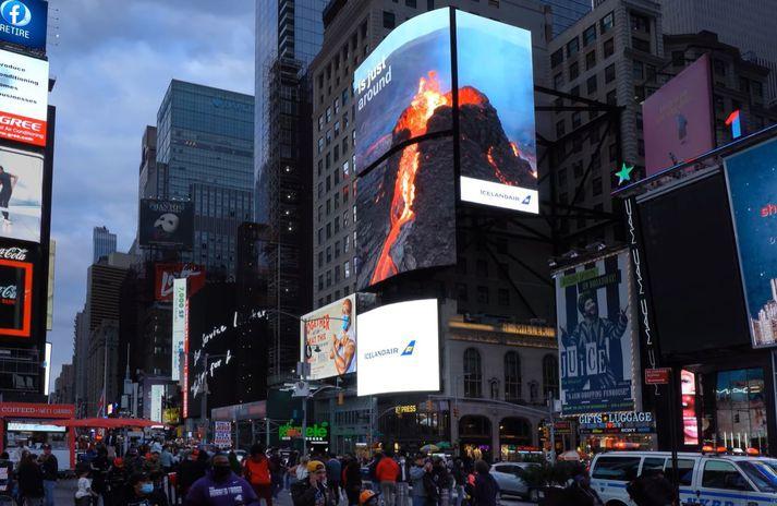 Auglýsingaplássið gerist vart betra en á Times Square, þar sem ferðamenn eru nú hvattir til að koma til Íslands að skoða eldgosið.