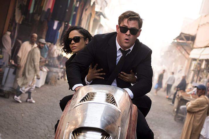 Tessa Thompson og Chris Hemsworth leika aðalhluverkin í nýju Men in Black-myndinni.
