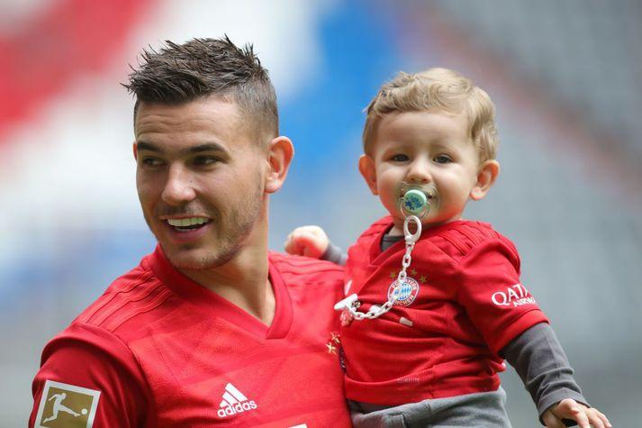 Lucas Hernandez með Martin son sinn eftir að hafa verið kynntur sem dýrasti leikmaður í sögu Bayern München.