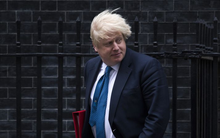 Boris Johnson fyrir utan heimili Theresu May að Downingstræti 10.