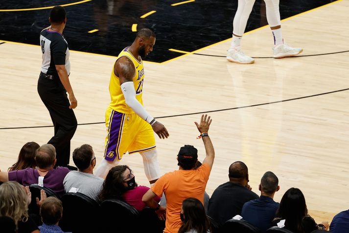 LeBron James og félagar í Los Angeles Lakers eru með bakið upp við vegg.