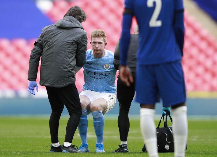 Kevin De Bruyne fór meiddur af velli í 1-0 tapi Manchester City í gær.