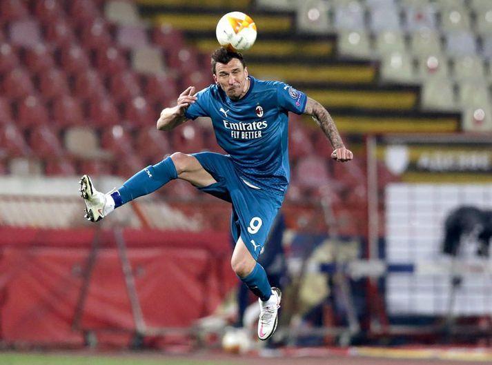 Mario Mandzukic lætur gott af sér leiða þótt hann geti ekki hjálpað AC Milan inni á vellinum.