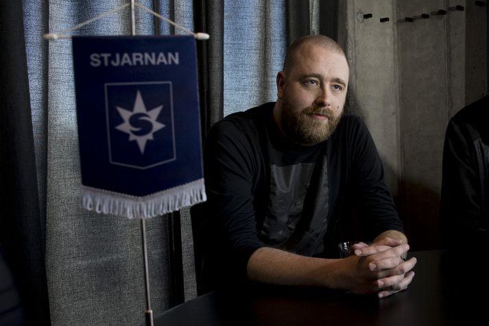 Arnar Guðjónsson við undirskriftina í dag.