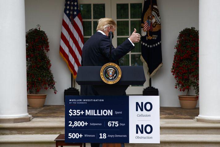 Trump ræddi við fréttamenn eftir að hann strunsaðu út af fundinum með demókrötum. Þar var tilbúið skilti með tölfræði um Mueller-skýrsluna sem var stillt upp fyrir framan ræðupúltið.