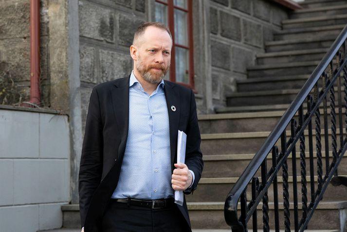 Guðmundur Ingi Guðbrandsson er umhverfis- og auðlindaráðherra án þingsætis. Hann var í fimmta sæti VG á Vesturlandi fyrir kosningarnar 1999 og í sextánda sæti flokksins í norðvesturkjördæmi árið 2003. Nú sækist hann eftir forystusæti hreyfingarinnar í suðvesturkjördæmi.