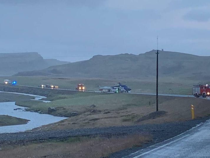Þyrla Landhelgisgæslunnar sótti karl og konu sem slösuðust í bílveltu í Norðurárdal í gærkvöldi. Ökumaðurinn er alvarlega slasaður.