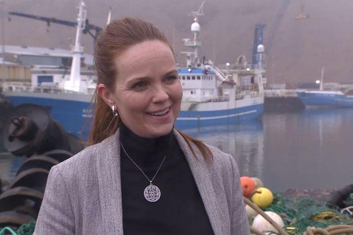 Íris Róbertsdóttir, bæjarstjóri í Vestmannaeyjum, daginn sem Kap VE, skipið fyrir aftan, landaði fyrstu loðnu íslensks fiskiskips í þrjú ár.