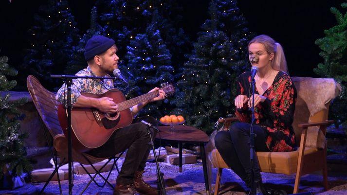 Birkir Blær og Vala Kristín syngja um jólahundinn Jólíver.