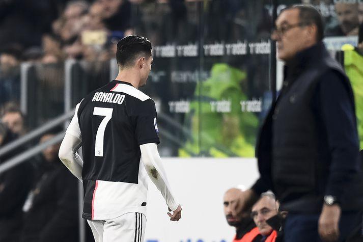 Ronaldo gengur til búningsherbergja eftir að Sarri tók hann af velli.