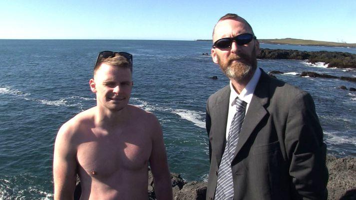 Feðgarnir Guðmundur Gunnarsson og Gunnar Árnason úr Hafnarfirði, sem skelltu sér nýlega til sunds í Brimkatli á Reykjanesi. Guðmundur var í sundskýlunni sinni en Gunnar synti í jakkafötum og skóm.