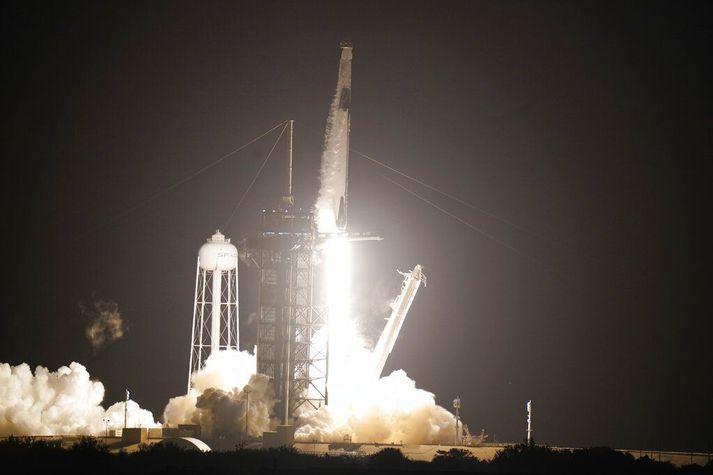 Falcon 9-eldflaugin þegar hún hóf sig á loft með Dragon-ferjuna og fjóra geimfara innanborðs í nótt.
