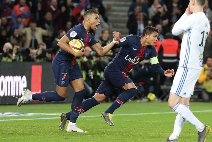 Kylian Mbappe og Thiago Silva fagna marki hjá Paris Saint-Germain liðinu.