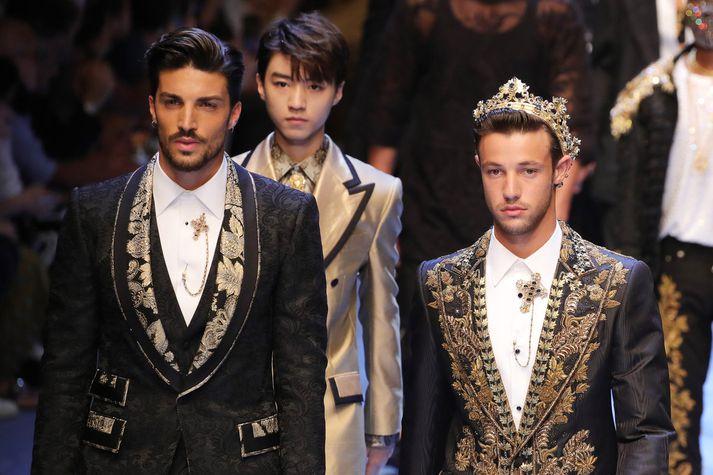 Mariano Di Vaio (t.v.) er andlit nýs herrailms frá Dolce & Gabbana. Hér sýnir hann föt frá þeim þegar herrastískan 2019 var kynnt.