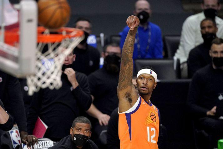 Torrey Craig reynir skot í leik með Phoenix Suns.