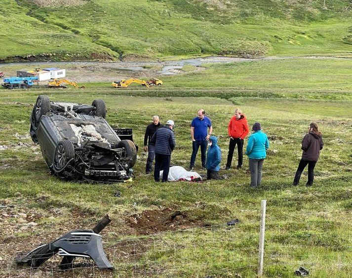 Nokkrir ökumenn komu fólkinu til aðstoðar en tveir voru um borð í bílnum.
