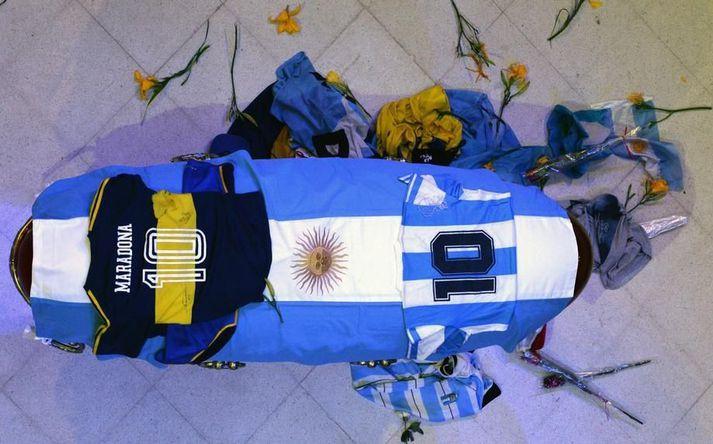 Kista Diegos Maradona var til sýnis í forsetahöllinni í Búenos Aíres.