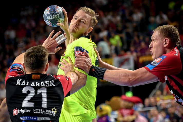 EHF FINAL4 Handball Champions Legaue 2019 epaselect epa07618117 Barca's Aron Palmarsson (C) in action against Vardar's Glab Kalarash (L) during the 2019 EHF FINAL4 Handball Champions League semi final match between Barca Lassa and HC Vardar in Cologne, Germany, 01 June 2019. EPA-EFE/SASCHA STEINBACH