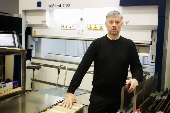 Grétar Jónsson, framkvæmdastjóri Geislatækni, fyrir framan af eina af vélunum sem eru óvirkar vegna árásarinnar.