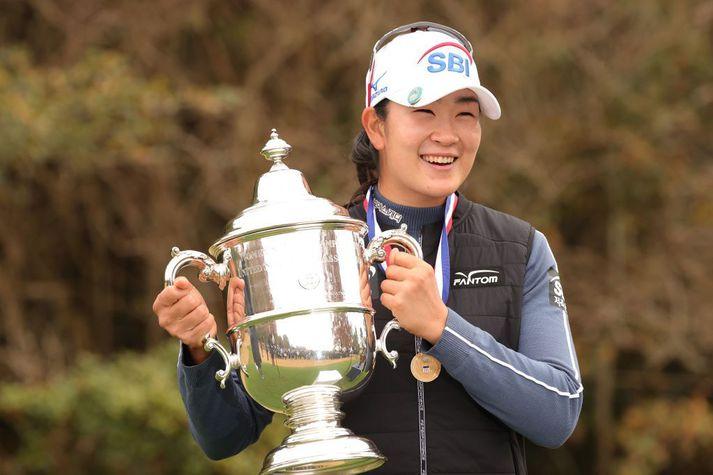 A Lim Kim með verðlaunagripinn eftir að hafa unnið US Open í desember.