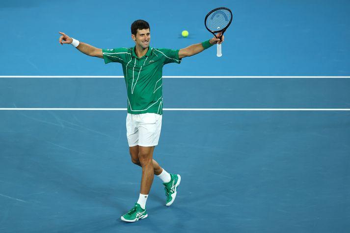 Djokovic fagnar er hann vinnur síðasta sett dagsins.