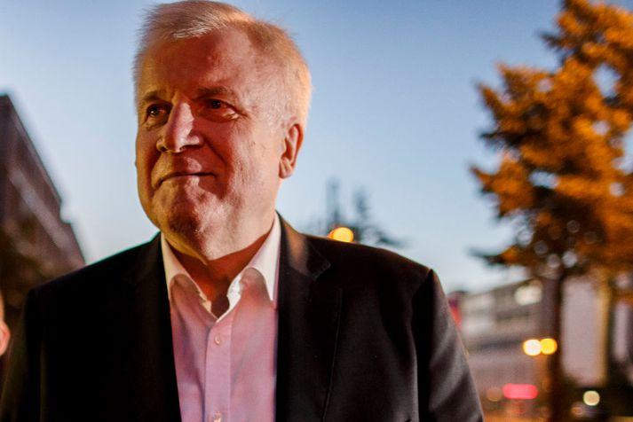Horst Seehofer mun áfram gegna embætti innanríkisráðherra Þýskalands.