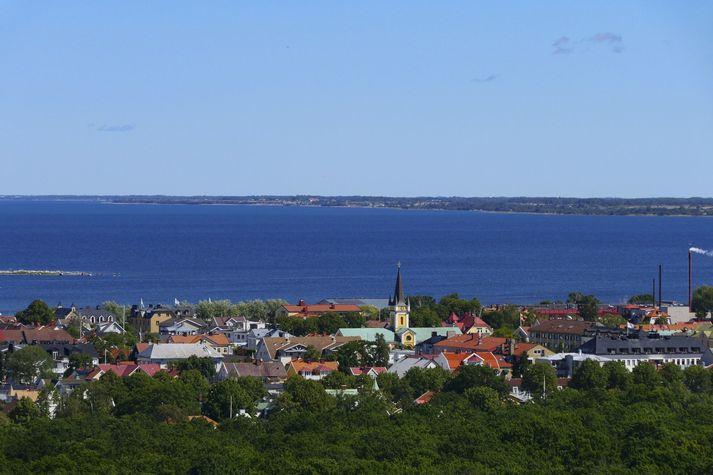 Sjónarvottur sá til mannsins falla af sæþotu um 200 metra frá landi í Köpingsvik, rétt norður af Borgholm á sænsku eyjarinnar Öland, austur af landinu.