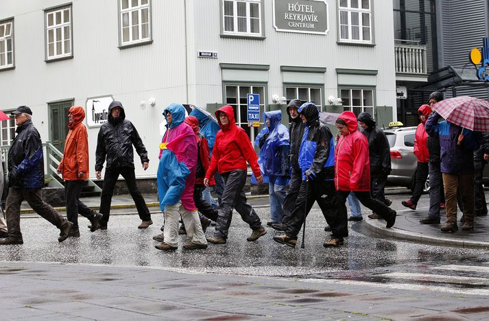 Hópur þýskra ferðamanna á göngu um Reykjavík.