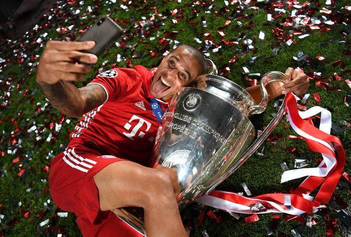 Thiago Alcantara fagnar sigri í Meistaradeildinni með bikarnum með stóru eyrun eftir 1-0 sigur Bayern München á Paris Saint Germain í úrslitaleiknum.