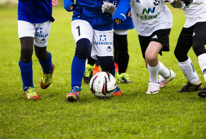 Leikmenn Stjörnunnar og FH berjast á Arion banka mótinu árið 2016.