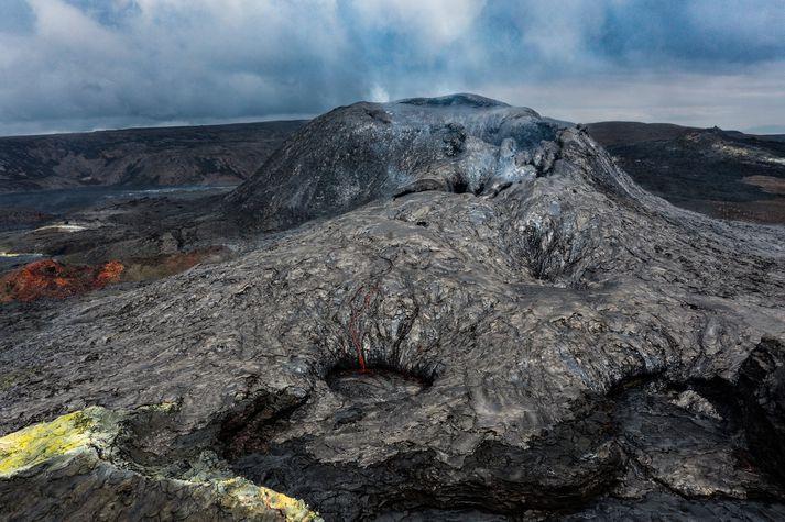 Það hefur verið lítið að sjá við gosstöðvarnar á daginn en á nóttunni hefur sést glitta í glóðir. Þá er greinilegt að gas streymir enn upp úr gígnum.