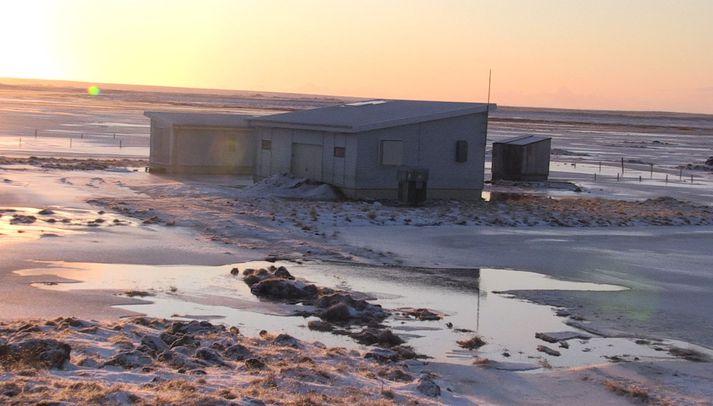 Mikið vatn er í Hvítá og má meðal annars sjá það í kringum sumrabústaði á staðnum eins og þennan.