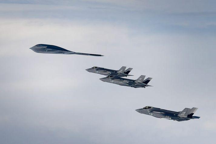 Bandarísk B-2 sprengjuþota yfir Íslandi ásamt þremur norskum F-35 orustuþotum síðastliðinn mánudag.