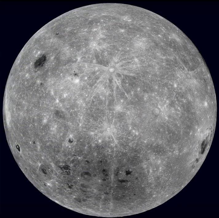 Fjærhlið tunglsins snýr alltaf frá jörðinni. Þessa mynd tók bandaríska geimfarið Lunar Reconnaissance Orbiter af henni í október í fyrra.