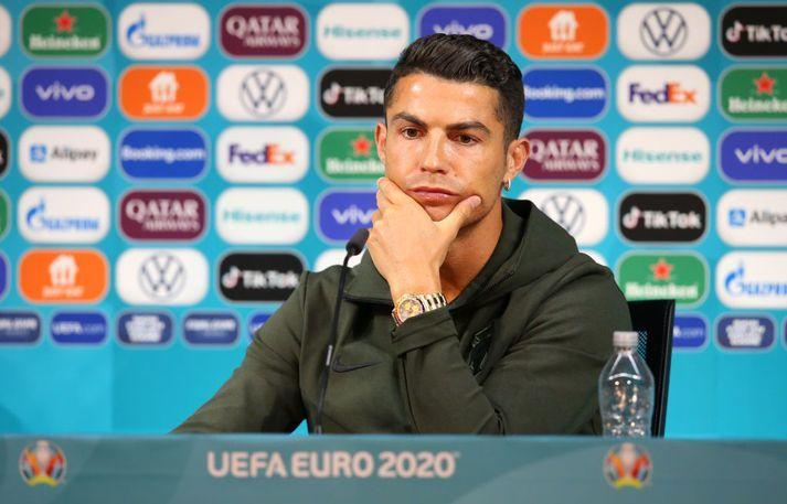 Cristiano Ronaldo á blaðamannafundinum í Búdapest í gær, aðeins með vatnsflösku fyrir framan sig.