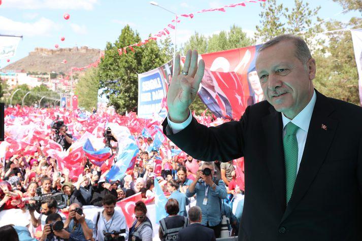 Recep Tayyip Erdogan heilsar stuðningsfólki sínu í Bayburt. Þar flutti hann eitt sinna umdeildu ávarpa.