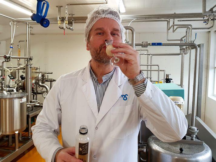 Pétur smakkar hér á nýja áfenga rjómalíkjörnum sínum sem er 18% að styrkleika.