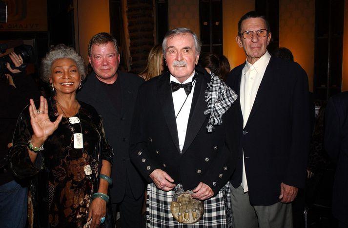 """""""Scotty"""" ásamt öðrum úr áhfön Enterprise árið 2003. Frá vinstri: Nichelle Nichols (Ahura), William Shatner (Cpt. Kirk), James Doohan (Scotty) og Leonard Nimoy (Spock)."""