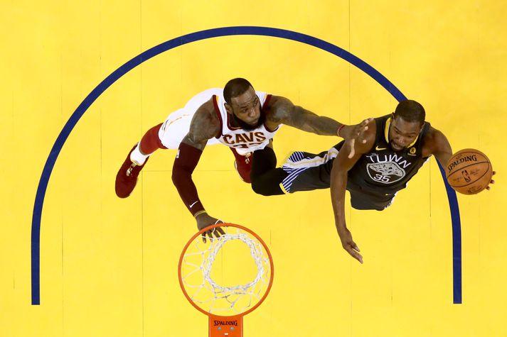LeBron James og Kevin Durant eru mótherjar inn á vellinum en samherjar utan hans.