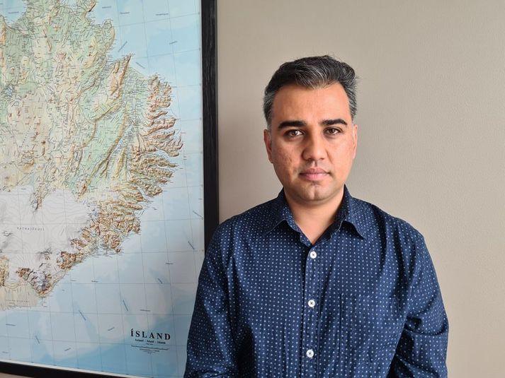 Farhad Sadat flúði frá Afganistan og kom til Íslands fyrir ári síðan. Hann berst nú fyrir því að fá foreldra sína og systur til Íslands en þau eru stödd í Kabúl.